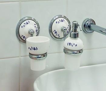 zavěsné koupelnové doplňky
